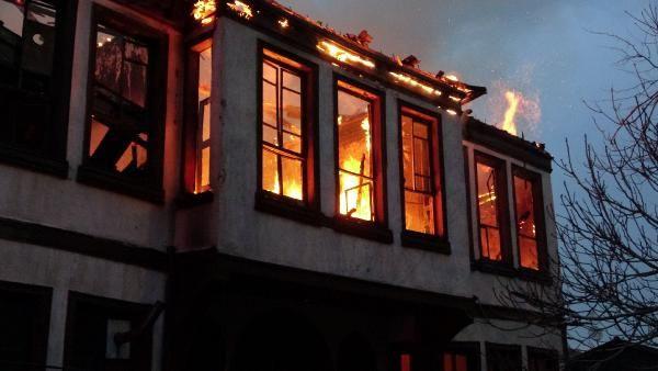 Bursa'da 120 yıllık tarihi bina yangında çöktü; çok sayıda sokak kedisi yanarak öldü - Sayfa 4