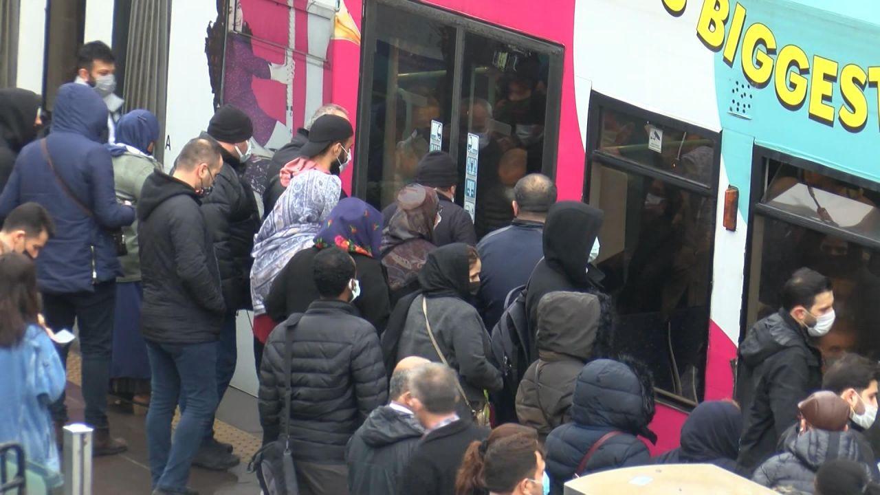 İstanbul'da kısıtlama öncesi tramvayda aşırı yoğunluk - Sayfa 1