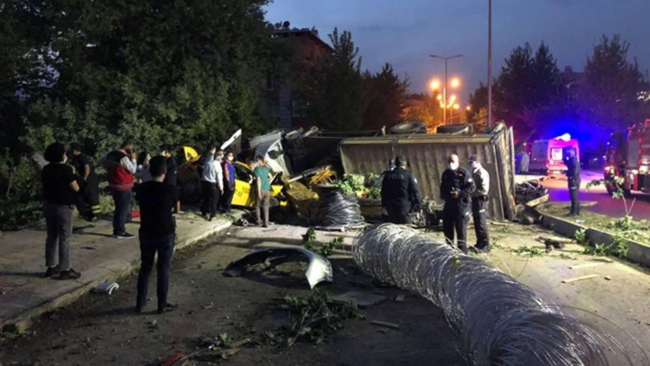 Hatay'da freni boşalan ve devrilen vinç, 11 araca çarptı: 4 ölü, 4 yaralı