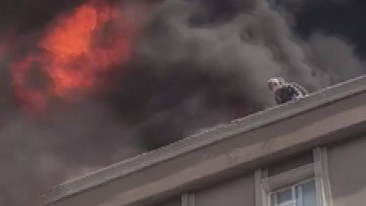 Bağcılar'da çatı yangını: 6. kattan düşen bir kişi kurtarılamadı