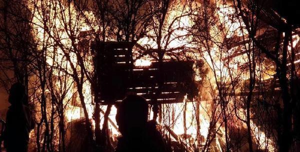 Kastamonu'da 3 köy evi ile 1 otomobil yandı: 2 ölü, 1 yaralı - Sayfa 1