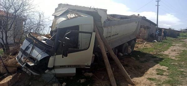Kum yüklü kamyon devrildi: 1 ölü, 1 yaralı - Sayfa 1