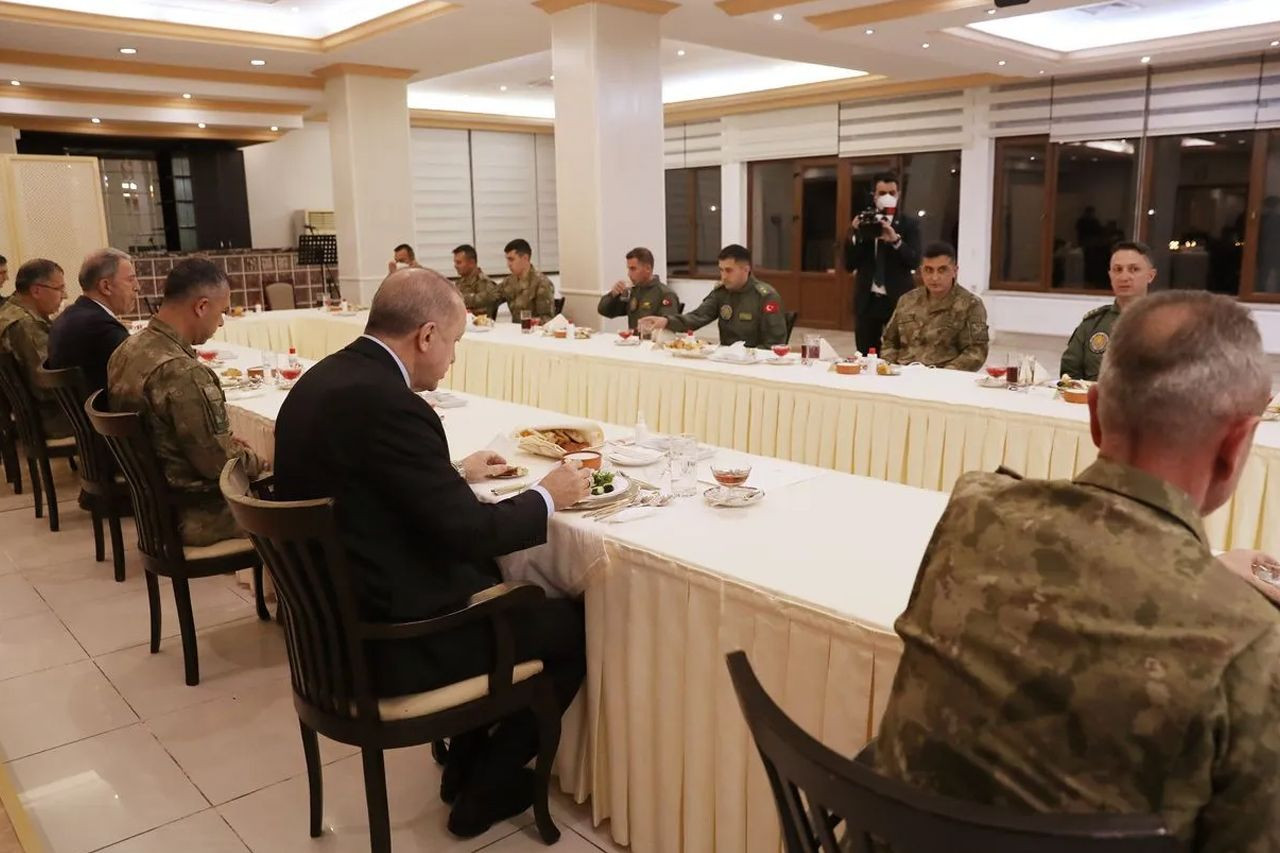 Cumhurbaşkanı Erdoğan askerlerle iftar yaptı - Sayfa 3