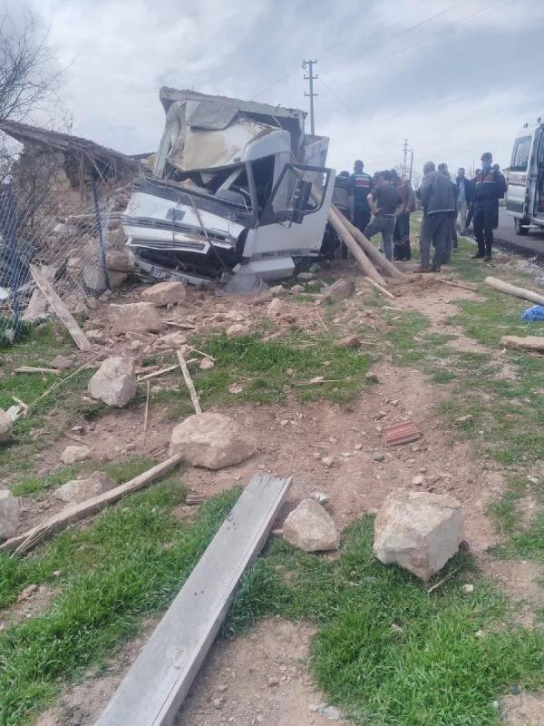 Kum yüklü kamyon devrildi: 1 ölü, 1 yaralı - Sayfa 3