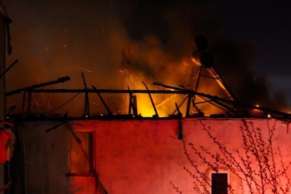 Samsun'da iki binanın çatı katı yandı, vatandaşlar kısıtlamayı unuttu - Sayfa 1