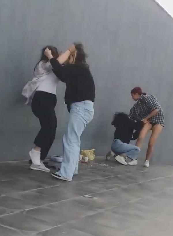 Fenomen olmak isteyen kızlar, kendilerinden küçük 2 kızı dövdü - Sayfa 1