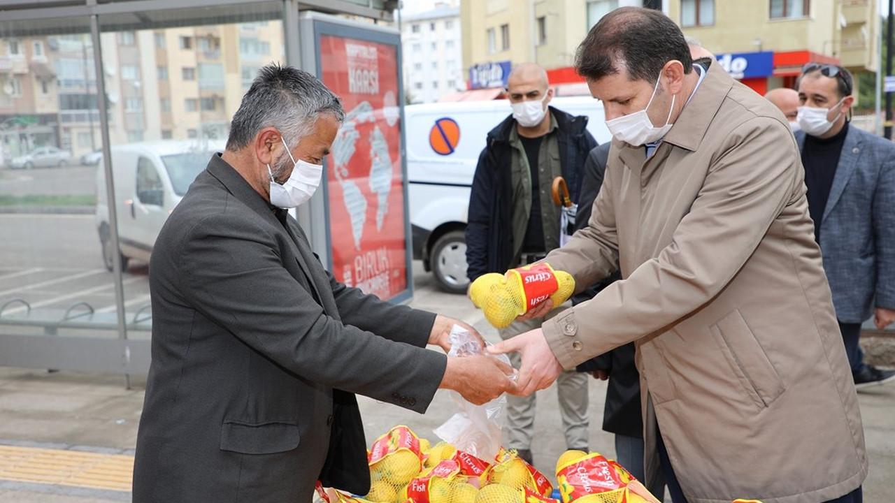Sivas Valisi Salih Ayhan'dan örnek davranış; Limonları satın alıp satıcıyı evine yolladı