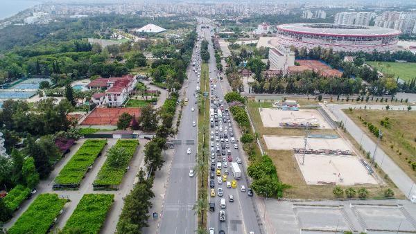 Antalya'da 'tam kapanma' denetimi; kilometrelerce araç kuyruğu oluştu - Sayfa 1