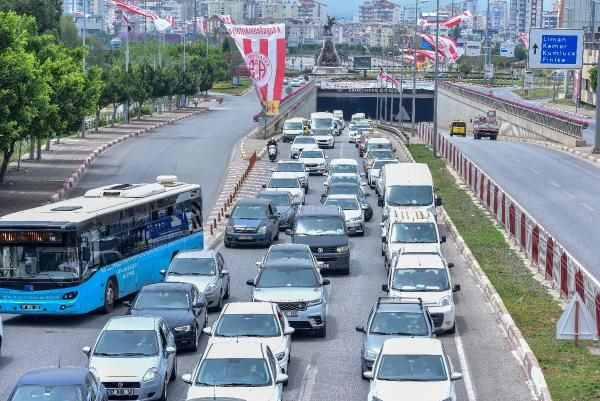 Antalya'da 'tam kapanma' denetimi; kilometrelerce araç kuyruğu oluştu - Sayfa 4