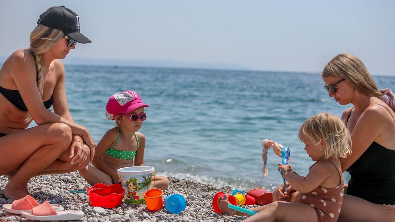 Antalya'da turistler sahili doldurdu