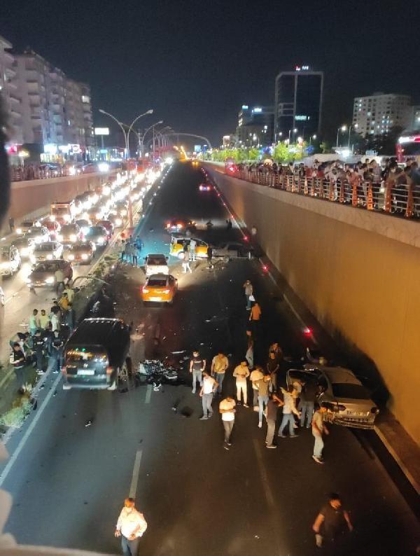 Diyarbakır'da 5 aracın karıştığı kazada 2 ölü, 8 yaralı - Sayfa 1