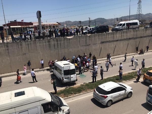 Hatay'da minibüs alt geçide düştü: 3 jandarma yaralı - Sayfa 1