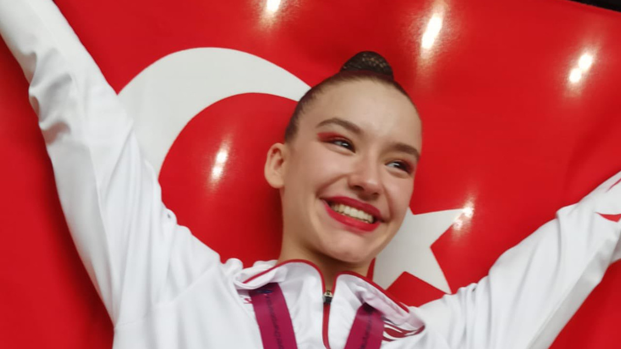 Ayşe Begüm Onbaşı, Aerobik Cimnastik Dünya Şampiyonası'nda altın madalya kazandı