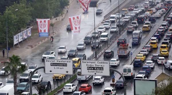 Antalya'da 5 dakika süren sağanak, trafiği felç etti - Sayfa 1