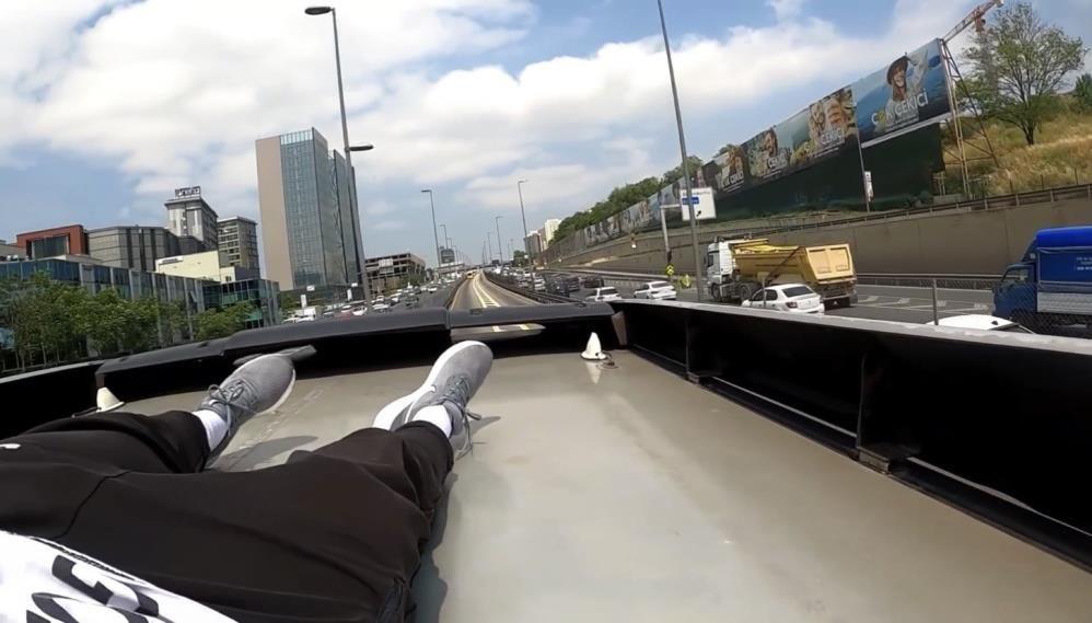 Metrobüsün üstünde tehlikeli yolculuk kamerada - Sayfa 3