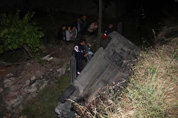 Kula'da şarampole devrilen otomobildeki 3 kişi ağır yaralandı - Sayfa 1