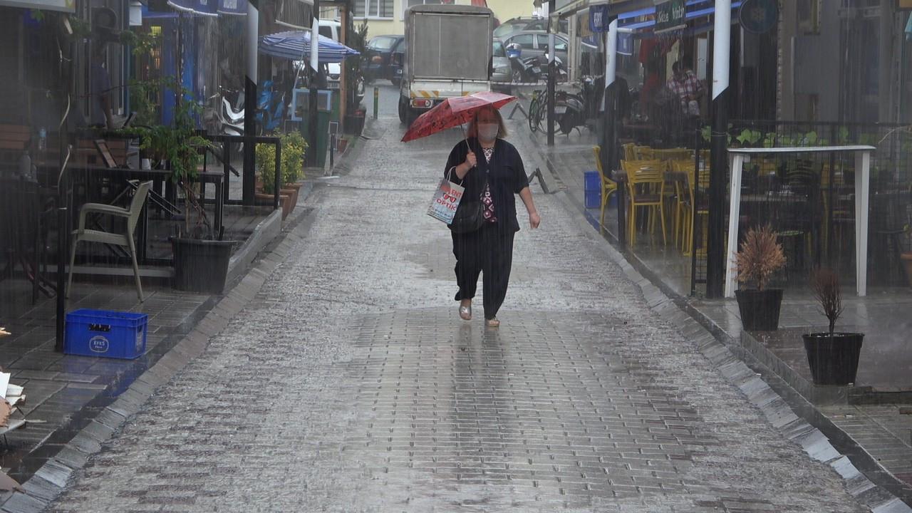 İstanbul'da yoğun sağanak! Cadde ve sokaklar göle döndü