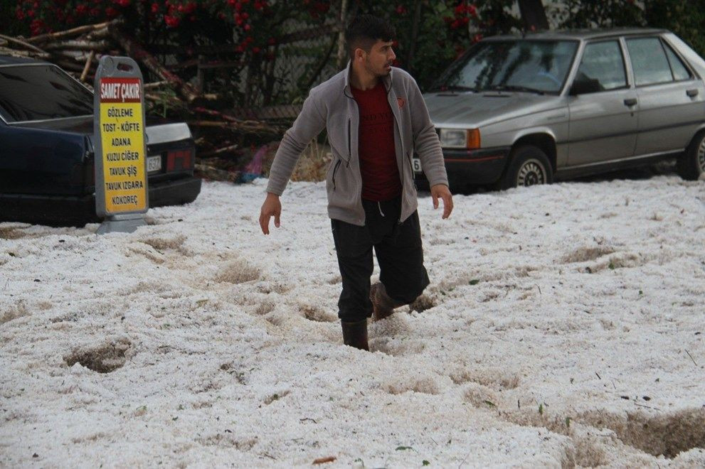 Dolu yağışıyla sokaklar beyaza büründü, dolu yığınları kamyonlarla taşındı - Sayfa 4