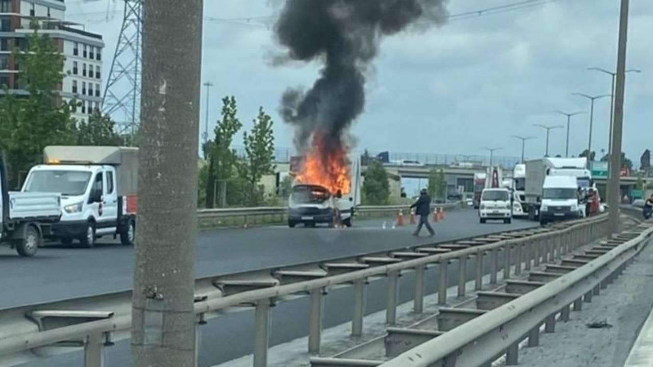 TEM'de kamyonet alev alev yandı!