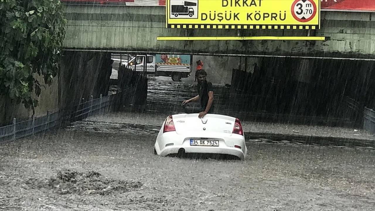 İstanbul'da şiddetli yağmur: Alt geçitte can pazarı! Yüzerek kurtuldu