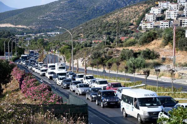 Kuşadası'na tatilci akını: Bir günde 10 binden fazla araç ilçeye giriş yaptı - Sayfa 1