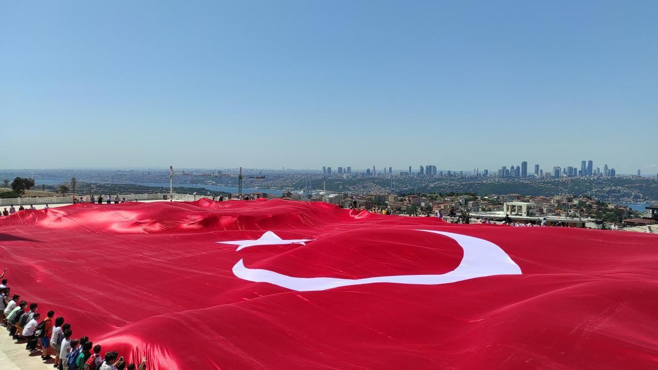 Büyük Çamlıca Camii'nde 2 bin 71 metrekarelik Türk bayrağı açıldı - Sayfa 1