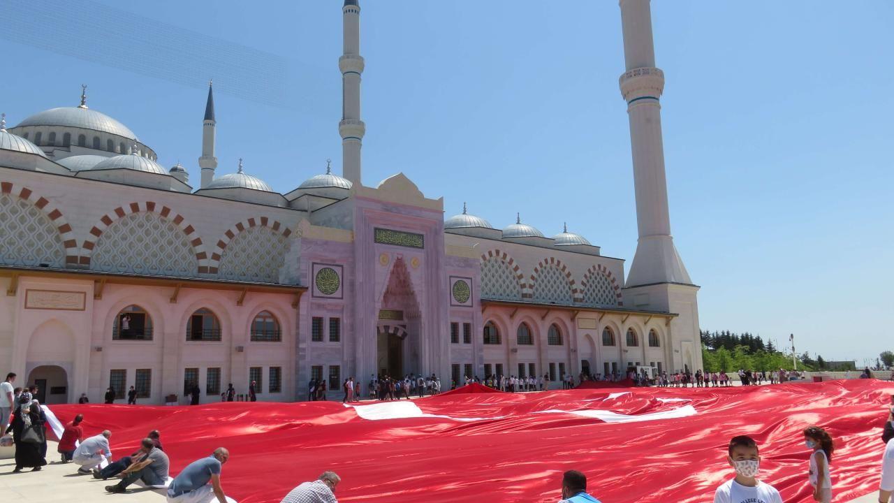 Büyük Çamlıca Camii'nde 2 bin 71 metrekarelik Türk bayrağı açıldı - Sayfa 3