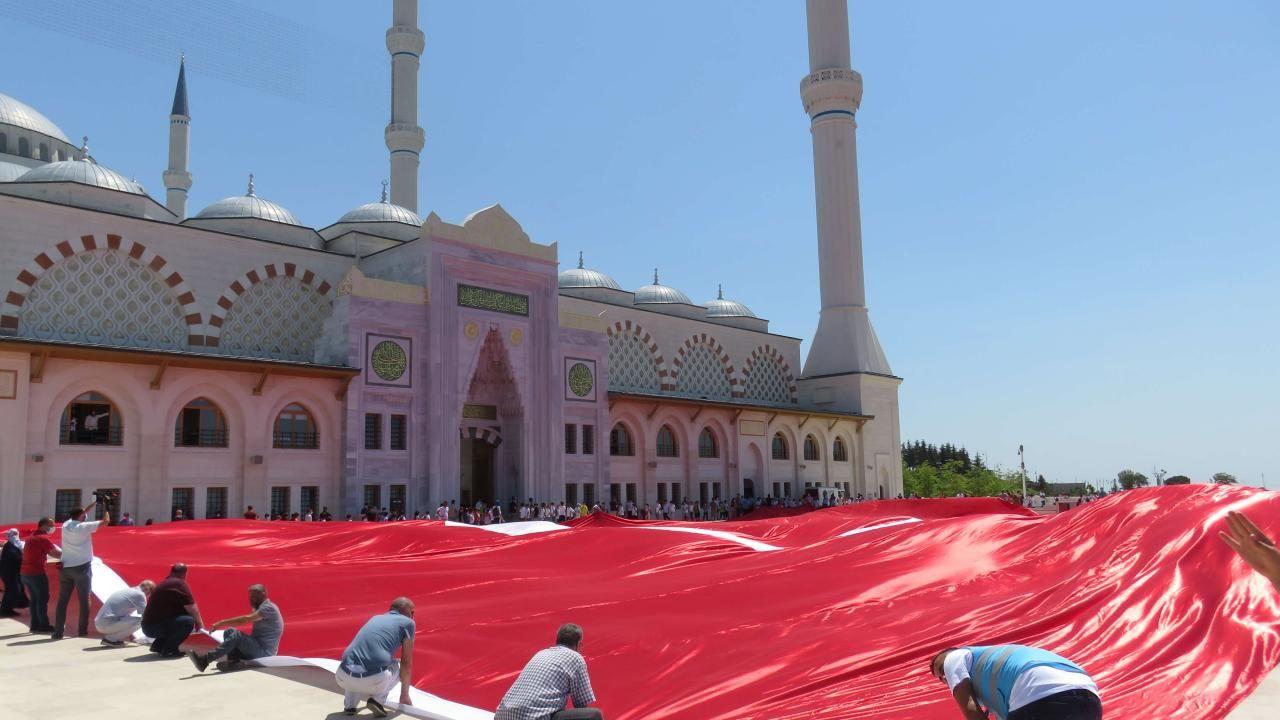 Büyük Çamlıca Camii'nde 2 bin 71 metrekarelik Türk bayrağı açıldı - Sayfa 4