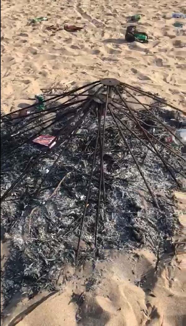 Bozcaada sahilindeki partide şezlongları kırıp, şemsiye yakıp, çöpleri bıraktılar - Sayfa 1