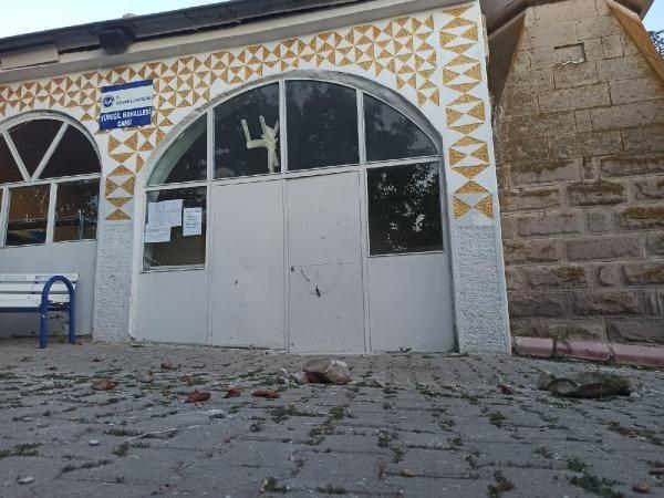Depremde hasar gören cami ibadete kapatıldı - Sayfa 1