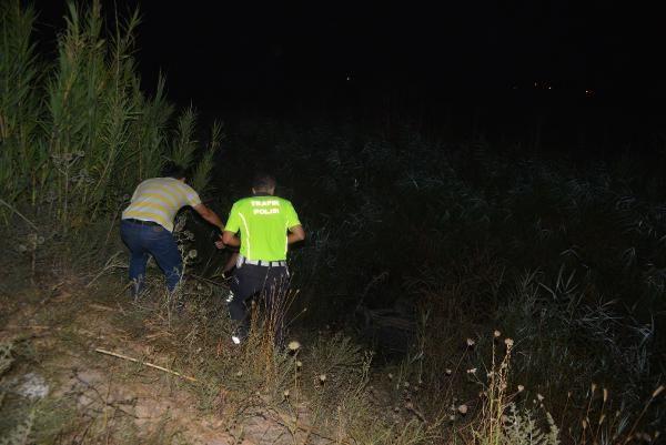 Otomobil, drenaj kanalına devrildi: 4 yaralı - Sayfa 2