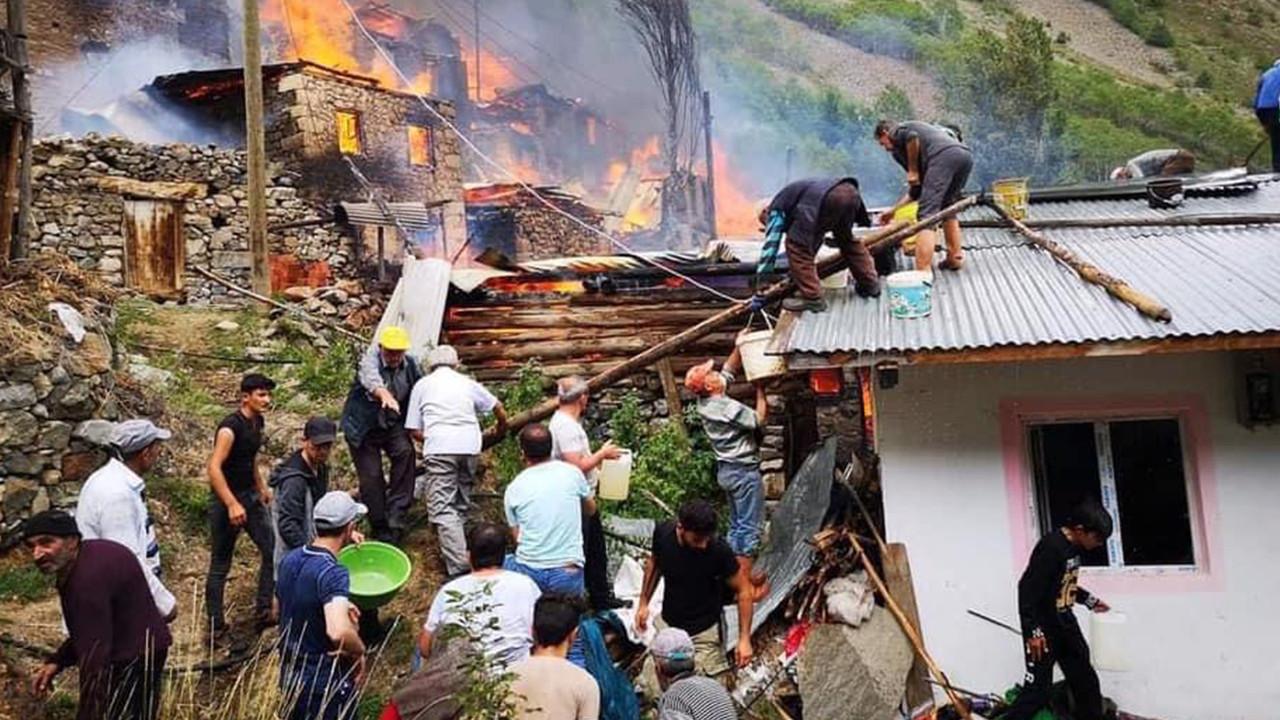 Artvin Yusufeli'nde ahşap 33 ev yandı