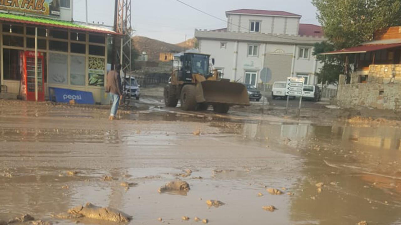 Gürpınar'da sağanak sele neden oldu; ev ve dükkanlar su altında kaldı