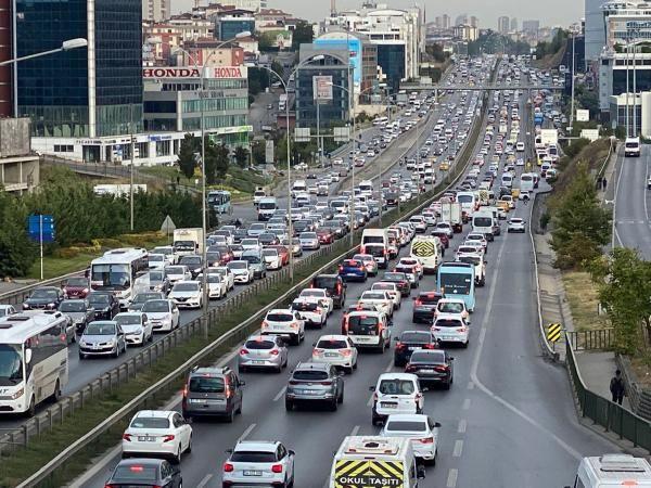 İstanbul'da trafik mesaisi erken başladı - Sayfa 1