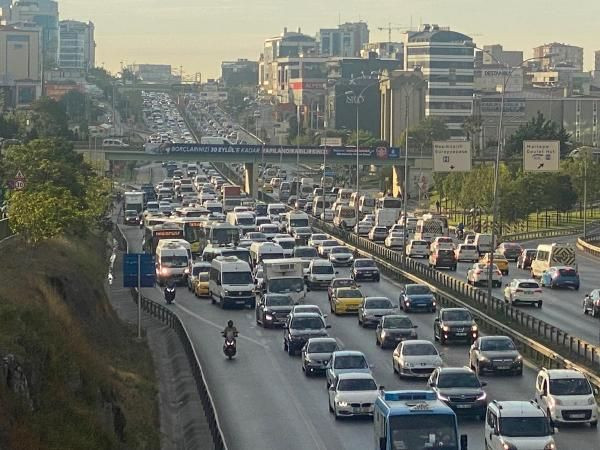 İstanbul'da trafik mesaisi erken başladı - Sayfa 4
