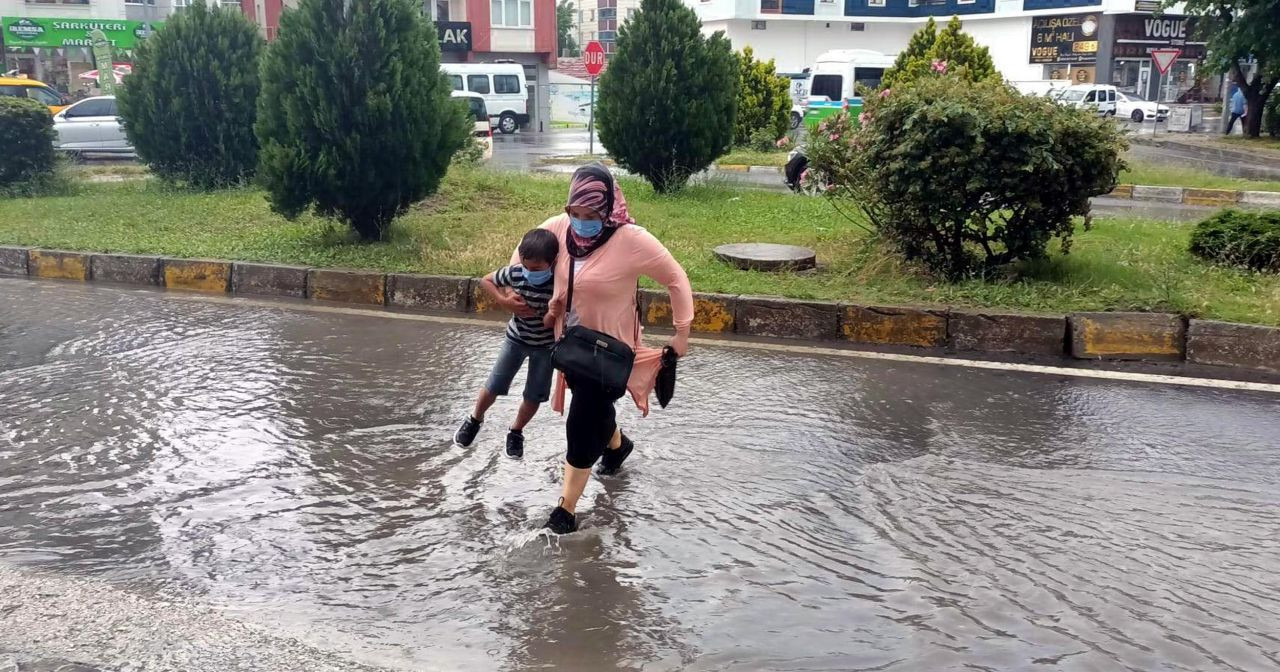 Meteoroloji bölge bölge uyardı! İstanbul dahil 49 ilde gök gürültülü yağış uyarısı - Sayfa 1