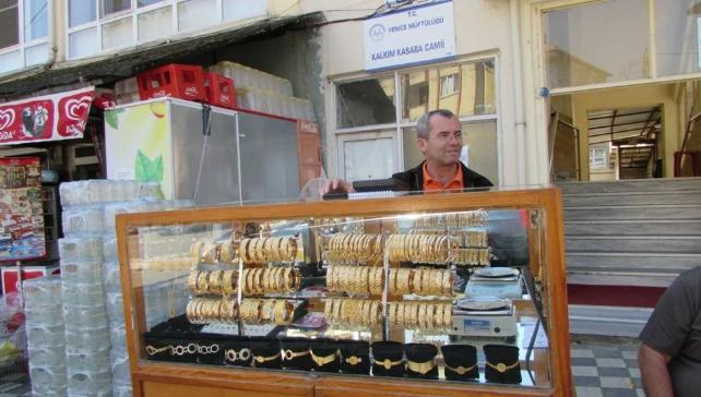 40 yıldır simit satar gibi altın satıyor! Baba mesleğini sürdürüyor - Sayfa 1