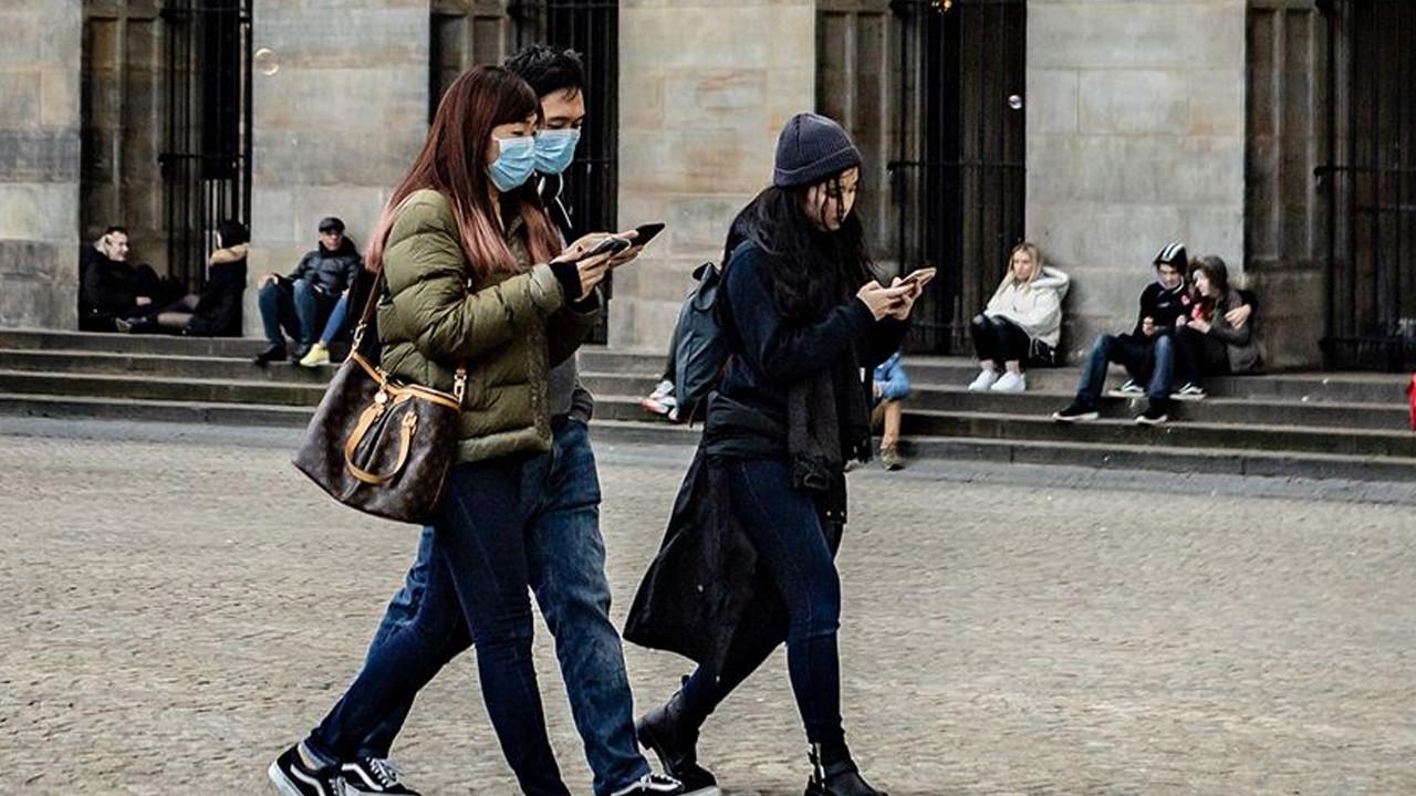 Hollanda'da sosyal mesafe kuralı kaldırılıyor