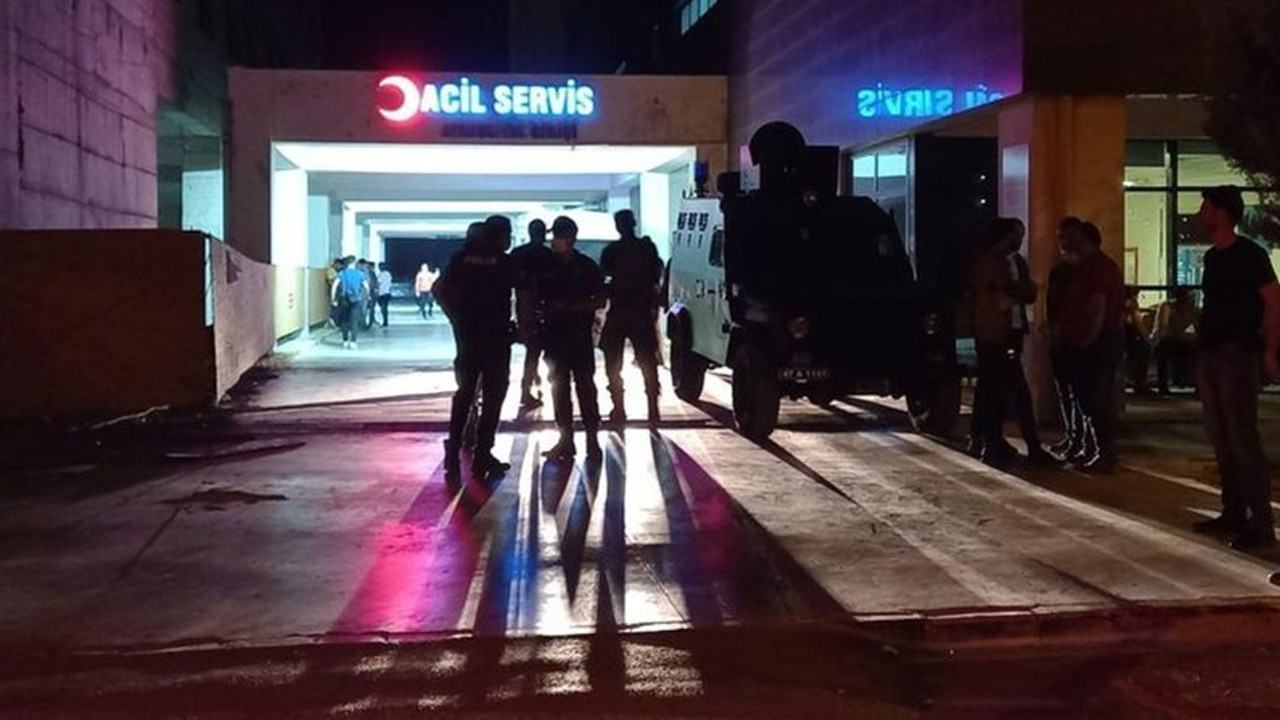 Mardin'in merkez Artuklu ilçesinde birbirleriyle kavga eden 2 kardeş bıçakla yaralandı