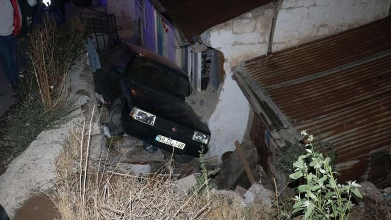 Sivas'ta araç evin bahçesine uçtu: 3 kişi yaralandı