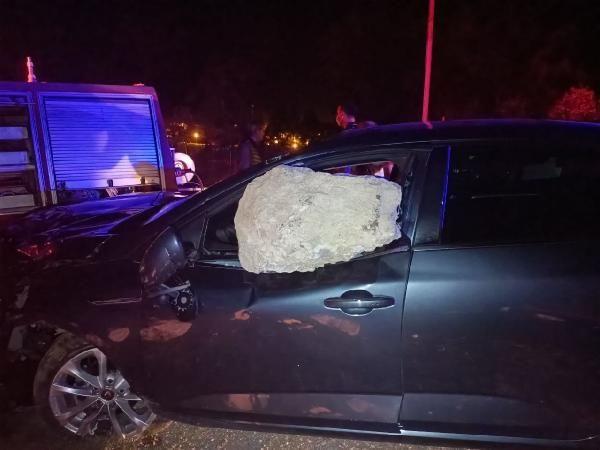 Otomobilin çarptığı kaya parçası cama saplandı - Sayfa 2