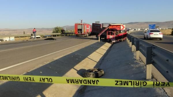 Afyonkarahisar'da otomobil ile kamyonet çarpıştı: 3 ölü, 1 yaralı - Sayfa 3