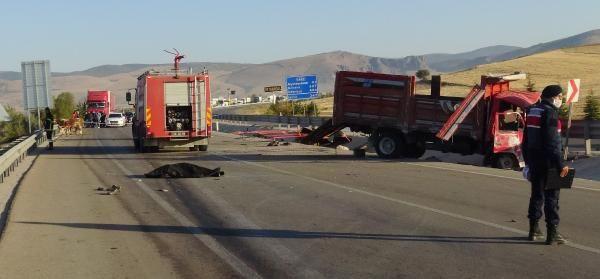 Afyonkarahisar'da otomobil ile kamyonet çarpıştı: 3 ölü, 1 yaralı - Sayfa 4