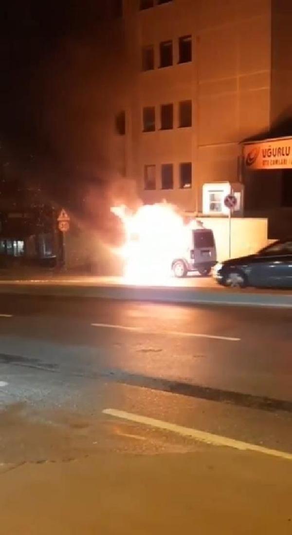Bahçelievler'de hafif ticari araç alev alev yandı - Sayfa 1