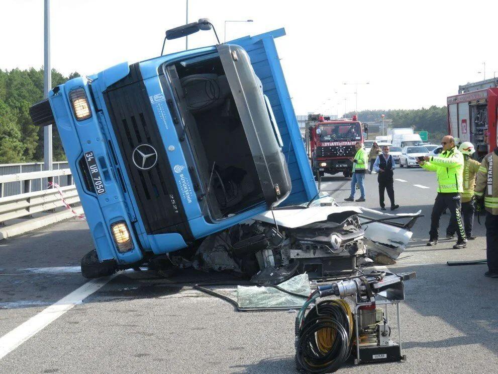İstanbul'da feci kaza: TIR otomobilin üstüne devrildi - Sayfa 2