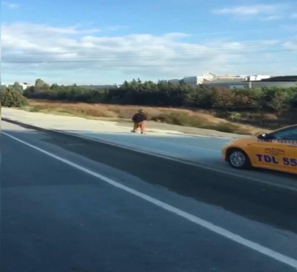 Kaldırımdan giden taksici, yayadan korna çalarak yol istedi - Sayfa 3