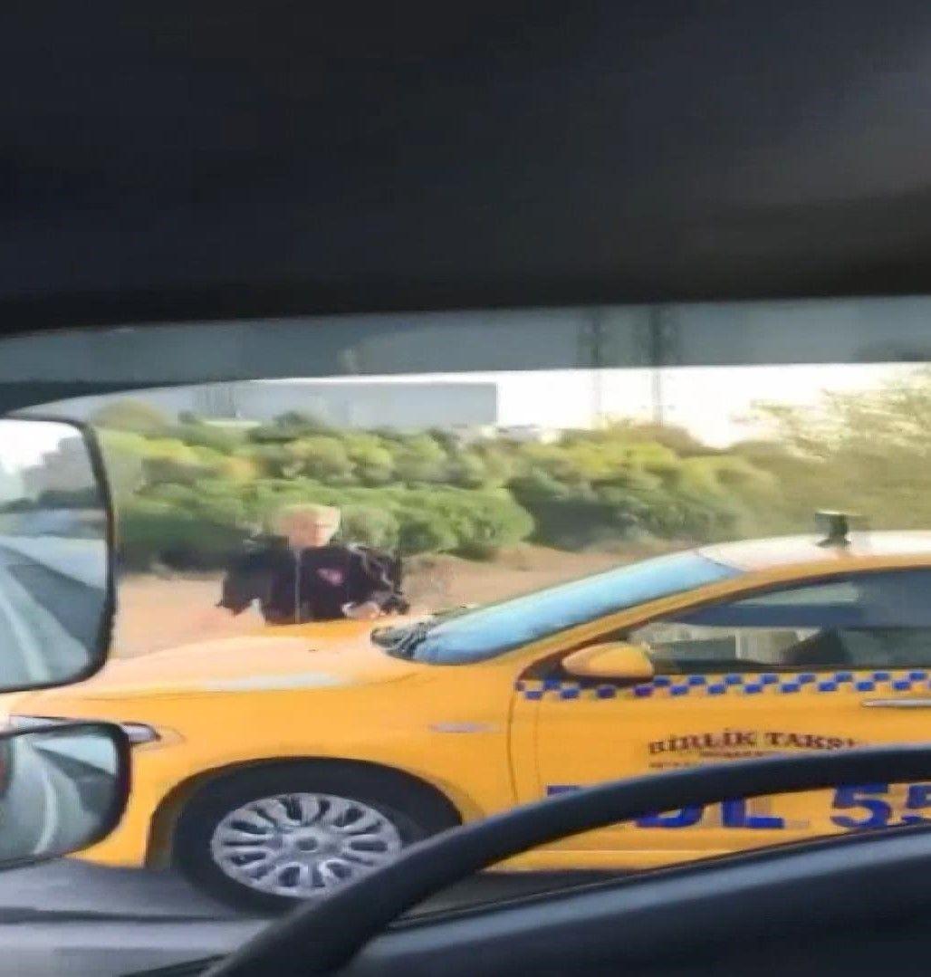 Kaldırımdan giden taksici, yayadan korna çalarak yol istedi - Sayfa 1