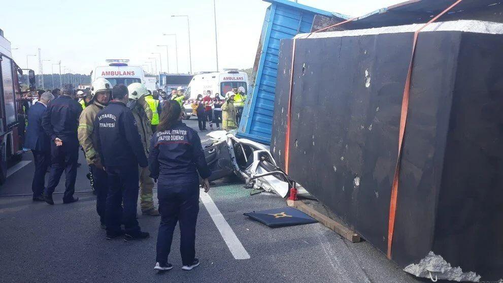 İstanbul'da feci kaza: TIR otomobilin üstüne devrildi - Sayfa 3