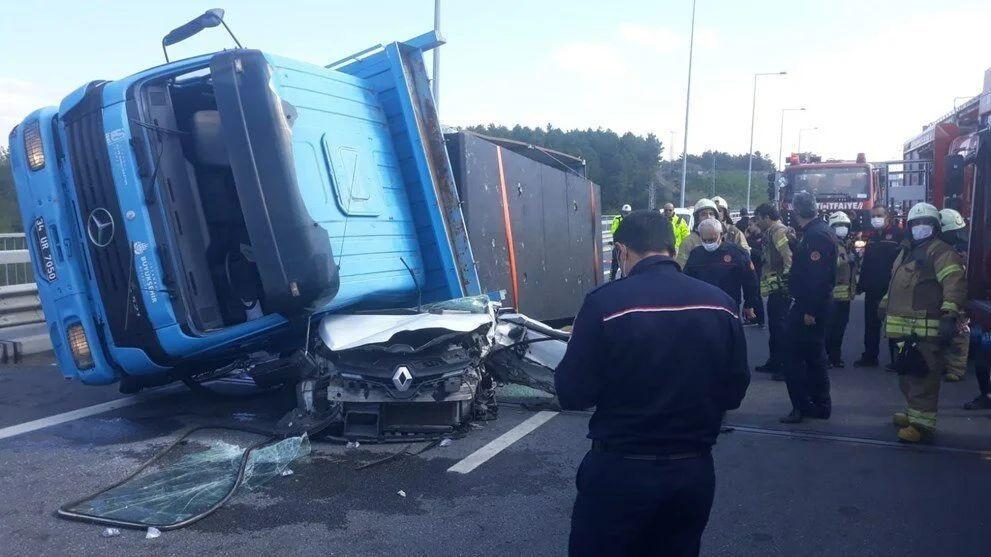 İstanbul'da feci kaza: TIR otomobilin üstüne devrildi - Sayfa 1