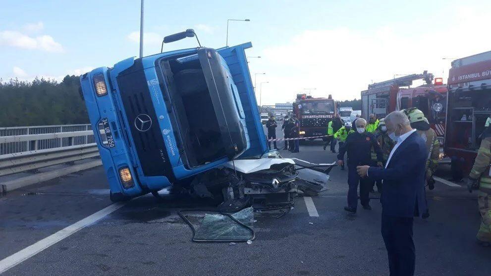 İstanbul'da feci kaza: TIR otomobilin üstüne devrildi - Sayfa 4